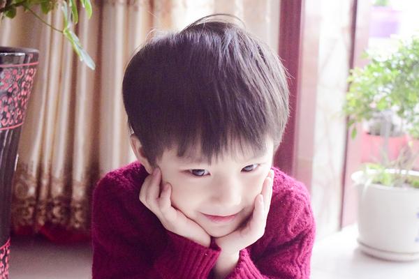据了解,这名小孩儿叫林安俊熙,来自甘肃张掖,今年五岁,是