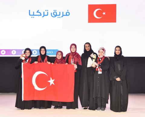 土耳其队;Sheikha Hind bint Hamad Al Thani阁下; Machaille Al-Naimi女士(照片:AETOSWire)